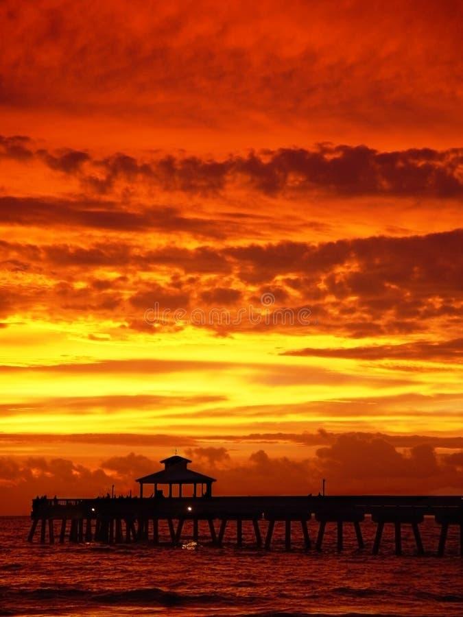 Salida del sol roja de oro con el embarcadero imagen de archivo