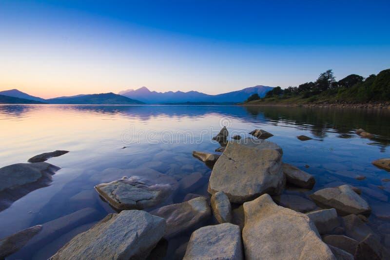 Salida del sol romántica en el lago Campotosto en Abruzos foto de archivo