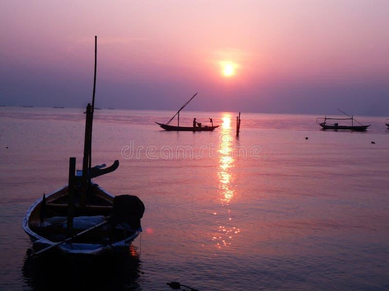 Salida del sol romántica en la playa de Kenjeran fotografía de archivo