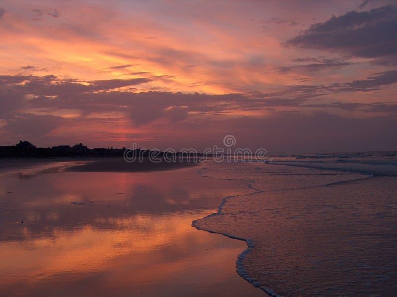 Salida del sol rosada de la playa foto de archivo