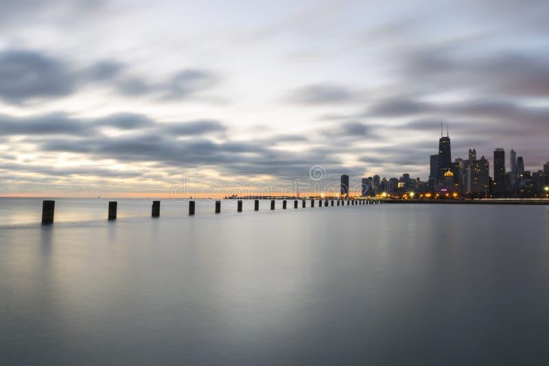 Salida del sol soñadora por el lago Michigan, Chicago Illinois fotografía de archivo