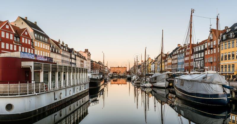 Salida del sol sobre el agua tranquila en el puerto de Nyhavn en Copenhague, el 16 de febrero de 2019 fotografía de archivo libre de regalías