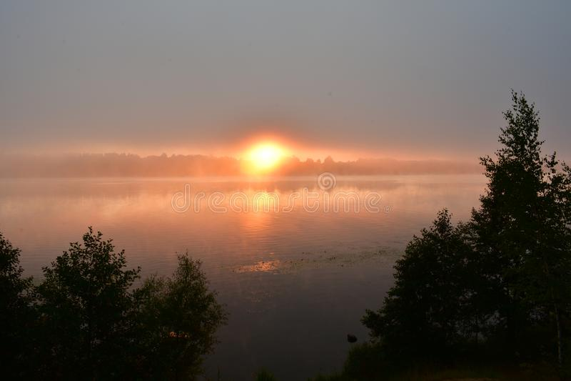 Salida del sol sobre el amanecer del río, un fenómeno increíblemente hermoso, lleno de misterio imagen de archivo