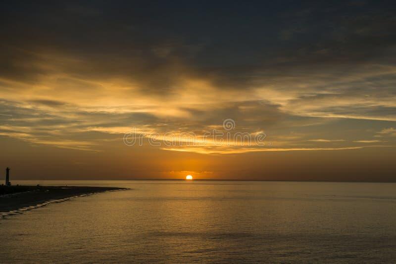 Salida del sol sobre el Atlántico de la costa de Fuerteventura fotos de archivo libres de regalías