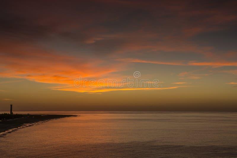Salida del sol sobre el Atlántico de la costa de Fuerteventura imagen de archivo