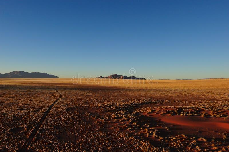 Salida del sol sobre el desierto de Namib (Namibia) foto de archivo
