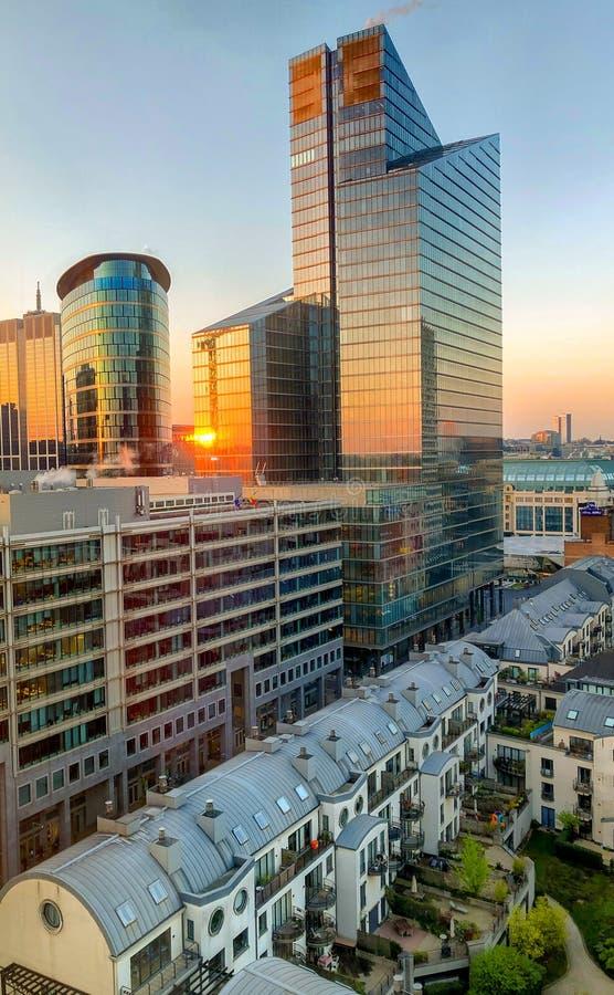 Salida del sol sobre el distrito financiero de la ciudad fotos de archivo libres de regalías