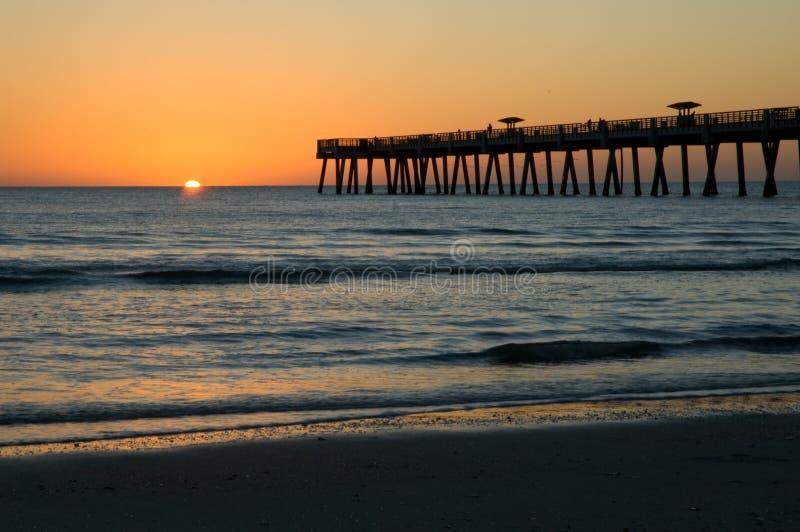 Salida Del Sol Sobre El Embarcadero De La Playa De Jax Imagen de archivo