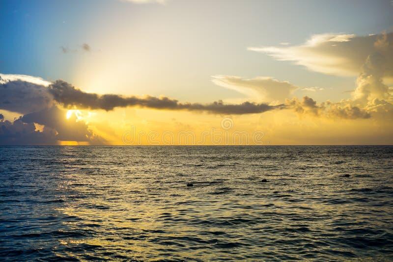 Salida del sol sobre el golfo de México fotografía de archivo libre de regalías