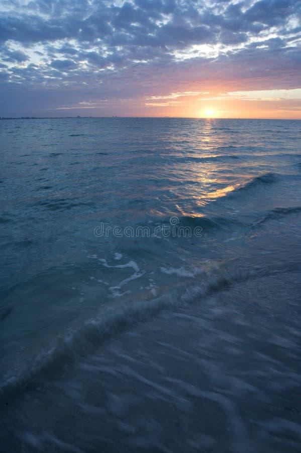 Salida del sol sobre el golfo de México fotos de archivo