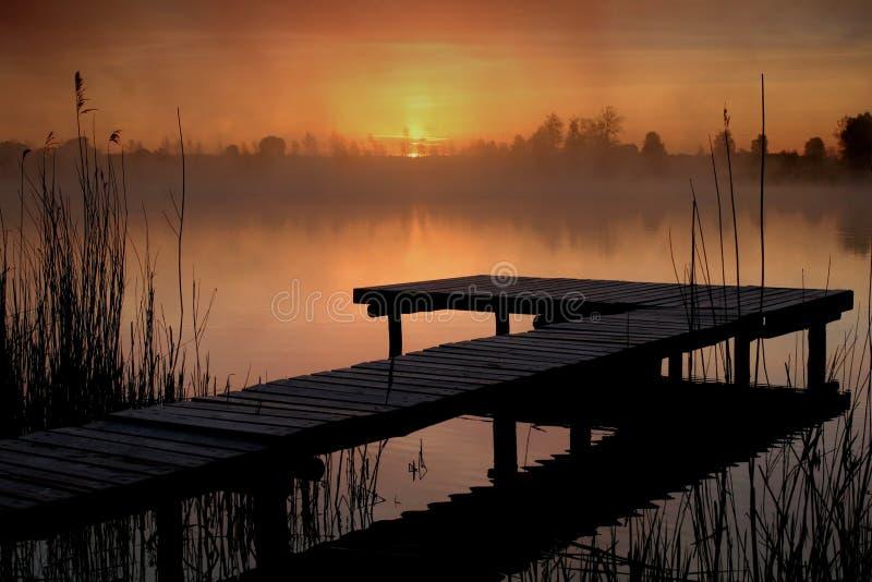 Salida del sol sobre el lago foto de archivo