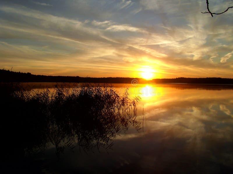 Salida del sol sobre el lago 1 imágenes de archivo libres de regalías
