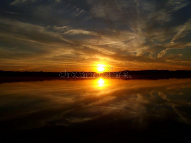Salida del sol sobre el lago 4 fotografía de archivo