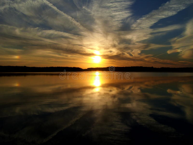 Salida del sol sobre el lago 7 imagenes de archivo