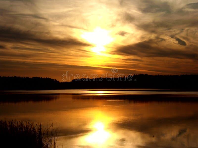 Salida del sol sobre el lago 10 foto de archivo