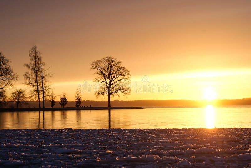 Salida del sol sobre el lago congelado imagenes de archivo