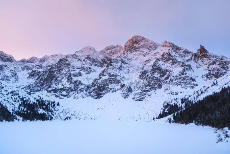 Salida del sol sobre el lago en invierno imagenes de archivo