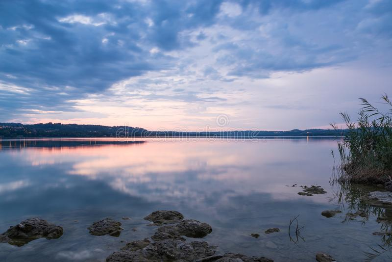 Salida del sol sobre el lago Lago Varese, Italia septentrional imágenes de archivo libres de regalías