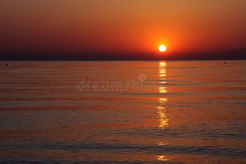 Salida del sol sobre el mar. fotografía de archivo