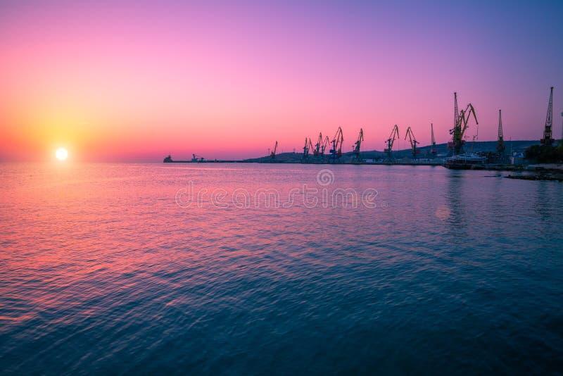 Salida del sol sobre el mar fotos de archivo libres de regalías