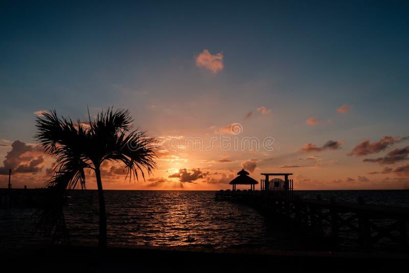 Salida del sol sobre el mar del Caribe imagen de archivo