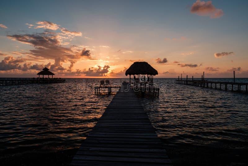 Salida del sol sobre el mar del Caribe imágenes de archivo libres de regalías