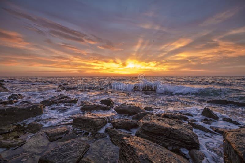 Salida del sol sobre el mar que crea el humor foto de archivo libre de regalías