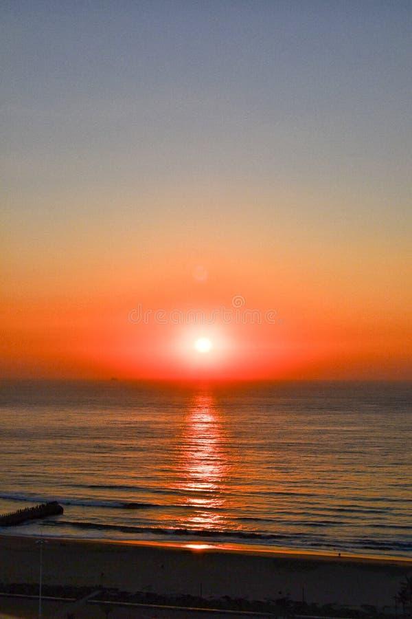 Salida del sol sobre el Océano Índico imagen de archivo libre de regalías