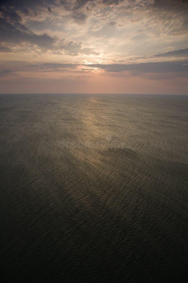 Salida Del Sol Sobre El Océano. Imagen de archivo