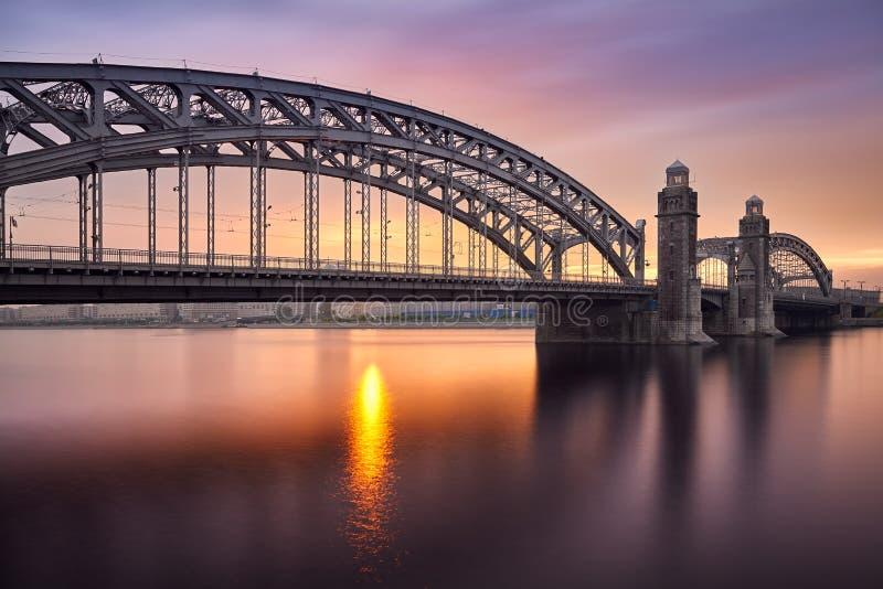 Salida del sol sobre el puente fotografía de archivo libre de regalías