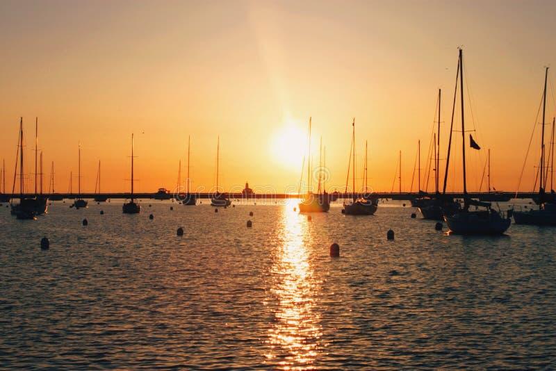Salida del sol sobre el puerto de Chicago fotografía de archivo libre de regalías