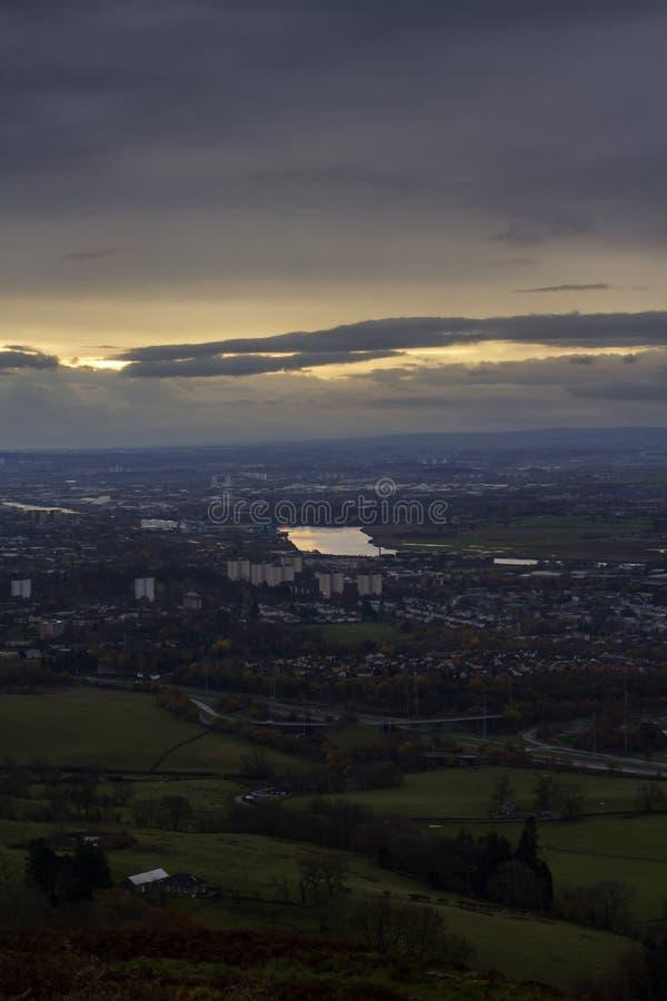 Salida del sol sobre el río Clyde en una mañana de los inviernos imagenes de archivo