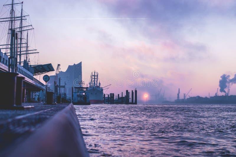 Salida del sol sobre el río Elba en Hamburgo fotos de archivo libres de regalías