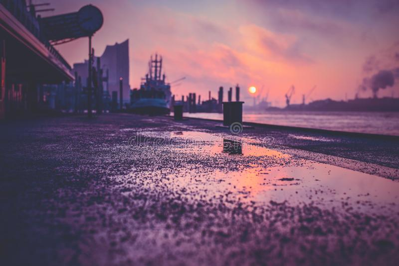 Salida del sol sobre el río Elba en Hamburgo en una mañana mojada foto de archivo