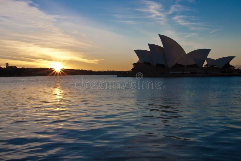 Salida del sol sobre el teatro de la ópera de Sydney, Australia. imagen de archivo libre de regalías