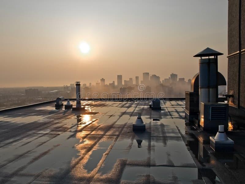 Salida del sol sobre el tejado de Hirise imagen de archivo libre de regalías