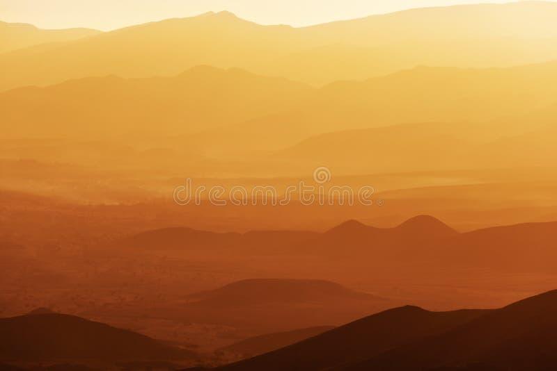 Salida del sol sobre el valle de Draa. imagen de archivo