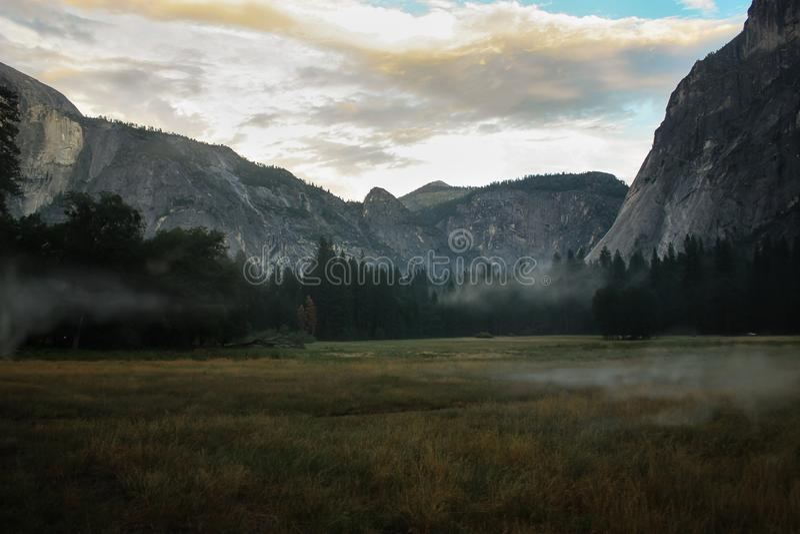 Salida del sol sobre el valle de Yosemite con la media bóveda un EL Capitan Mounta imagenes de archivo