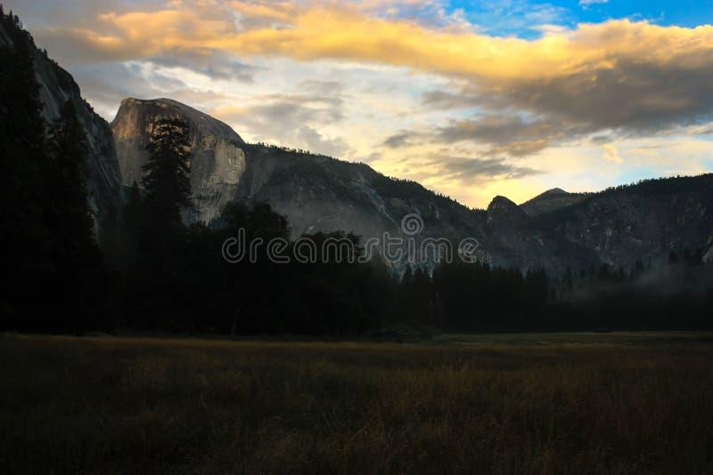 Salida del sol sobre el valle de Yosemite con la media bóveda un EL Capitan Mounta imagen de archivo