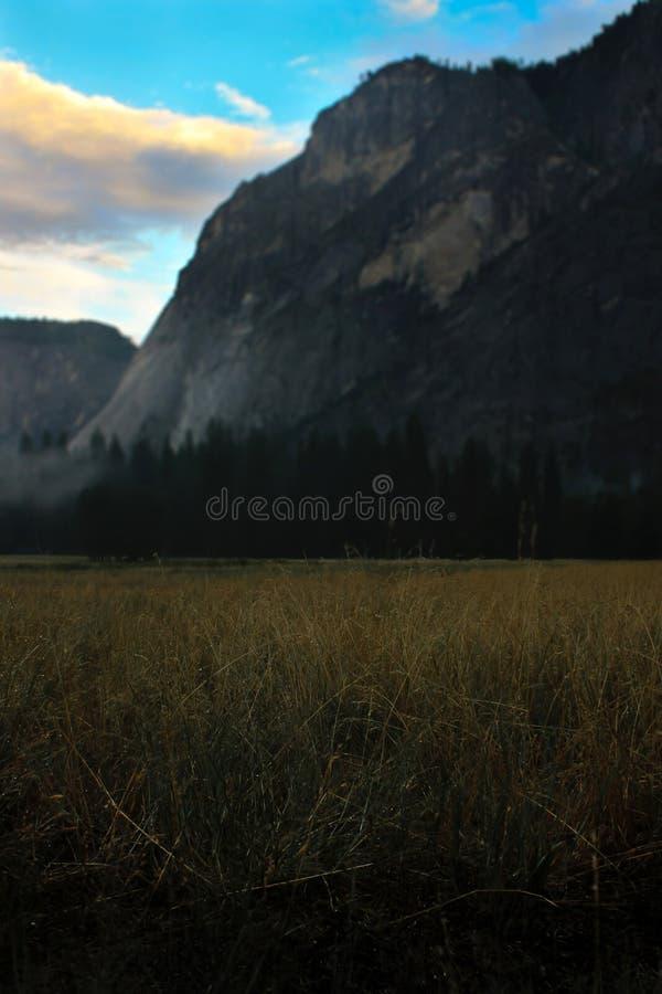 Salida del sol sobre el valle de Yosemite con la media bóveda un EL Capitan Mounta fotografía de archivo libre de regalías
