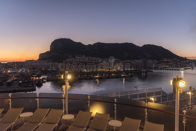Salida del sol sobre Gibraltar de ms Queen Elizabeth imágenes de archivo libres de regalías