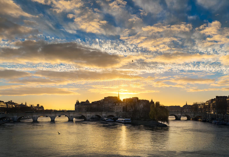 Salida del sol sobre Ile de la Cite y Pont Neuf en París central con el río Sena francia fotografía de archivo libre de regalías
