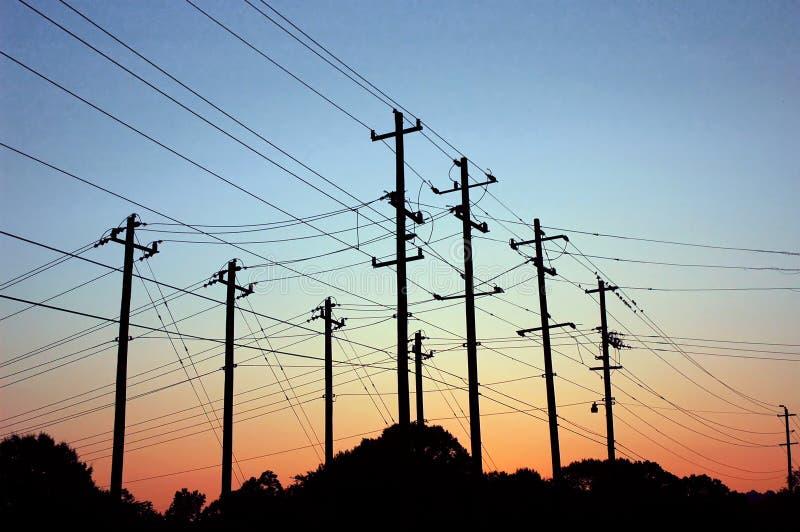 Salida del sol sobre líneas eléctricas imagen de archivo