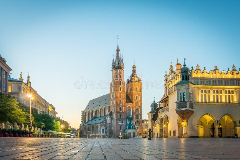 Salida del sol sobre la basílica de St Mary en Kraków fotos de archivo