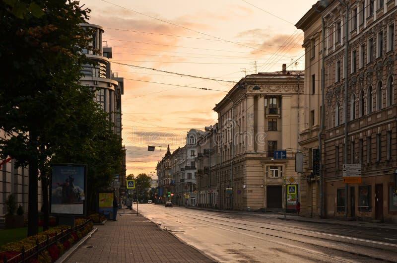 Salida del sol sobre la calle de St Petersburg fotos de archivo
