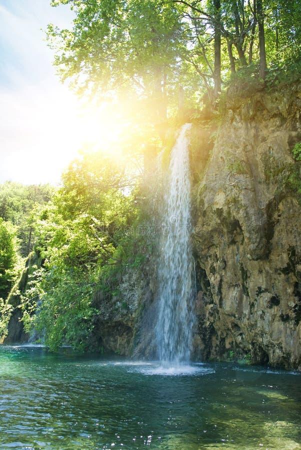 Salida del sol sobre la cascada foto de archivo