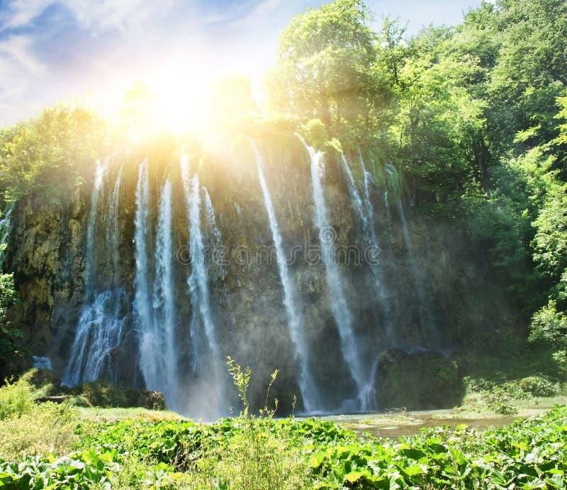 Salida del sol sobre la cascada fotografía de archivo