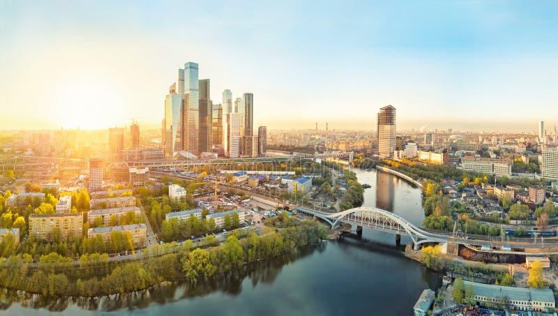 Salida del sol sobre la ciudad de Moscú fotografía de archivo