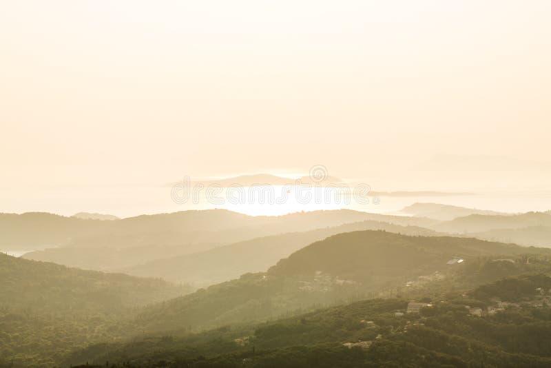 Salida del sol sobre la colina imagen de archivo