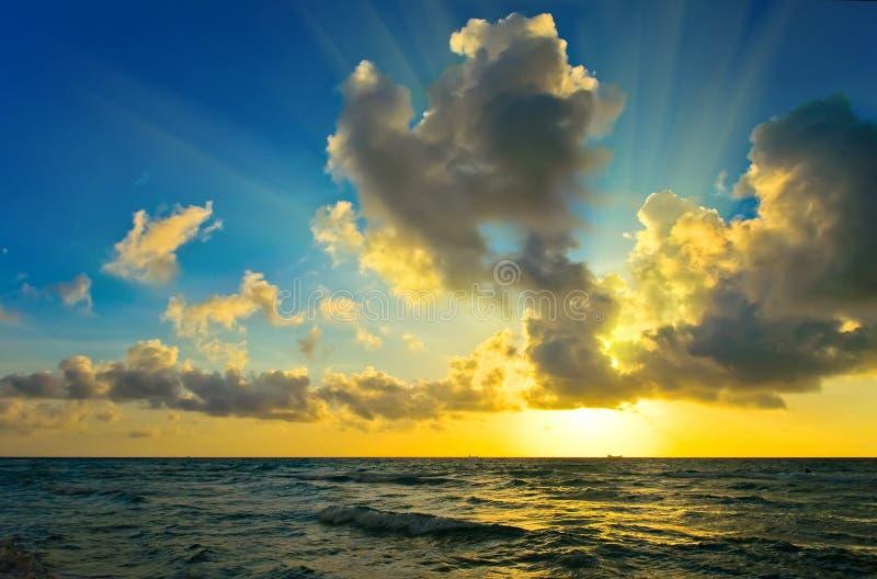 Salida del sol sobre la costa de Océano Atlántico foto de archivo libre de regalías